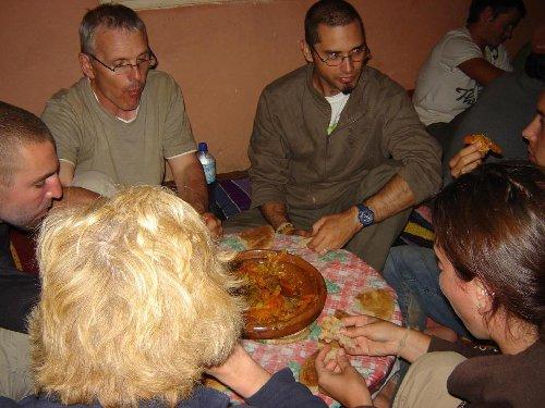 mesa comunal compartir comida